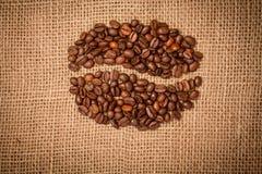 Granos de café de los granos de café en harpillera Foto de archivo libre de regalías