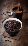 Granos de café en un cuenco y una taza de café Fotos de archivo libres de regalías