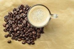 Granos de café del whith del café Imagen de archivo