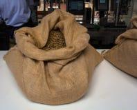 Granos de café dentro del bolso del yute Fotos de archivo