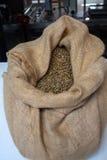 Granos de café dentro del bolso del yute Foto de archivo libre de regalías