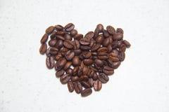 Granos de café derramados Café bajo la forma de corazones fotografía de archivo