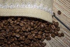 Granos de café derramados fuera del bolso fotos de archivo