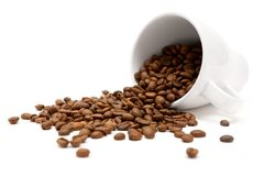 Granos de café dispersados Imagenes de archivo