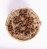 Granos de café dispersados en la tabla Imagenes de archivo