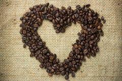 Granos de café dispuestos en una dimensión de una variable del corazón Imágenes de archivo libres de regalías