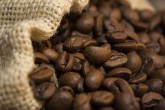 Granos de café en bolso imagenes de archivo