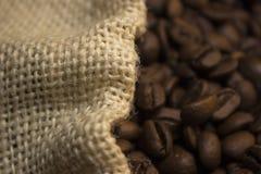 Granos de café en bolso fotografía de archivo