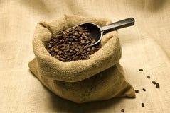 Granos de café en bolso de arpillera Imagenes de archivo