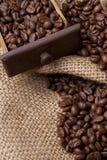 Granos de café en cajón Fotos de archivo