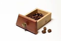 Granos de café en cierre de madera del cajón para arriba en estudio Imagen de archivo libre de regalías