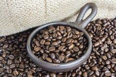 Granos de café en Clay Pot II Imagenes de archivo