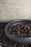 Granos de café en Clay Pot IV Imagen de archivo libre de regalías