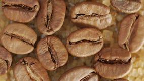 Granos de café en cristales del azúcar marrón metrajes