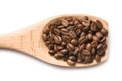 Granos de café en cuchara de madera Imagen de archivo libre de regalías