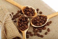 Granos de café en cucharas. Fotografía de archivo