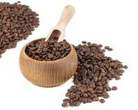 Granos de café en cuenco con la pala de madera Imagen de archivo