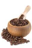 Granos de café en cuenco con la pala de madera fotos de archivo