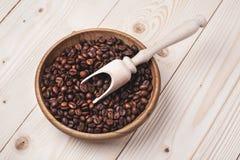 Granos de café en cuenco de madera Fotografía de archivo