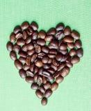 Granos de café en dimensión de una variable del corazón Imagen de archivo