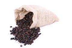Granos de café en el bolso imagenes de archivo