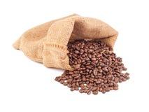 Granos de café en el bolso aislado en el fondo blanco Foto de archivo libre de regalías