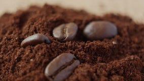 Granos de café en el café molido almacen de video