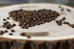 Granos de café en el corte de madera Fotografía de archivo