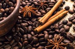 Granos de café en el cuenco con canela y anís Imagenes de archivo
