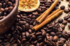 Granos de café en el cuenco con canela y anís Foto de archivo