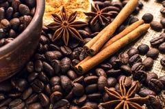Granos de café en el cuenco con canela y anís Fotos de archivo