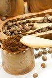 Granos de café en el cuenco de madera Fotografía de archivo libre de regalías