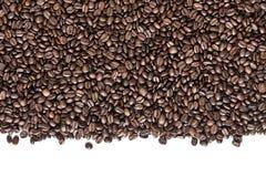 Granos de café en el fondo blanco fotos de archivo