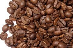 Granos de café en el fondo blanco Foto de archivo libre de regalías