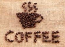Granos de café en el fondo de lino Fotos de archivo libres de regalías
