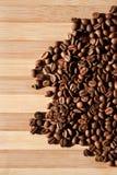 Granos de café en el fondo de madera Fotografía de archivo