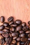 Granos de café en el fondo de madera Fotos de archivo libres de regalías