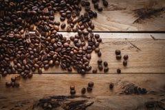 Granos de café en el fondo de madera, visión superior, espacio de la copia imagen de archivo