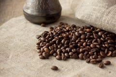 Granos de café en el paño de lino Foto de archivo libre de regalías