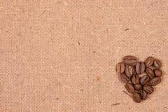 Granos de café en el papel viejo texturizado Imagenes de archivo