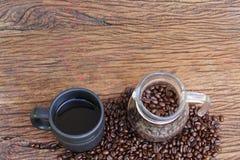 Granos de café en el piso de madera Foto de archivo