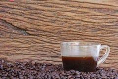 Granos de café en el piso de madera Imagen de archivo libre de regalías