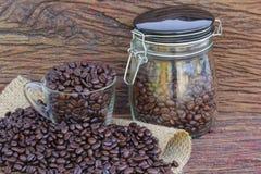 Granos de café en el piso de madera Imagen de archivo