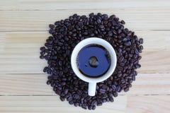 Granos de café en el piso de madera Imágenes de archivo libres de regalías