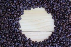 Granos de café en el piso de madera Fotos de archivo libres de regalías