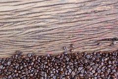 Granos de café en el piso de madera Imagenes de archivo