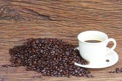 Granos de café en el piso de madera Fotografía de archivo