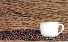 Granos de café en el piso de madera Foto de archivo libre de regalías