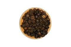 Granos de café en el platillo de madera Imágenes de archivo libres de regalías