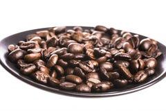 Granos de café en el plato Imágenes de archivo libres de regalías